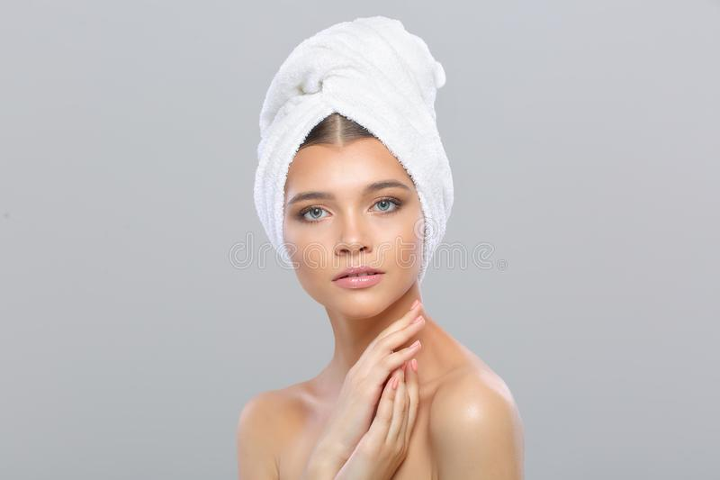 Piękna młoda kobieta z perfect skórą z ręcznikiem na jej głowie obraz royalty free