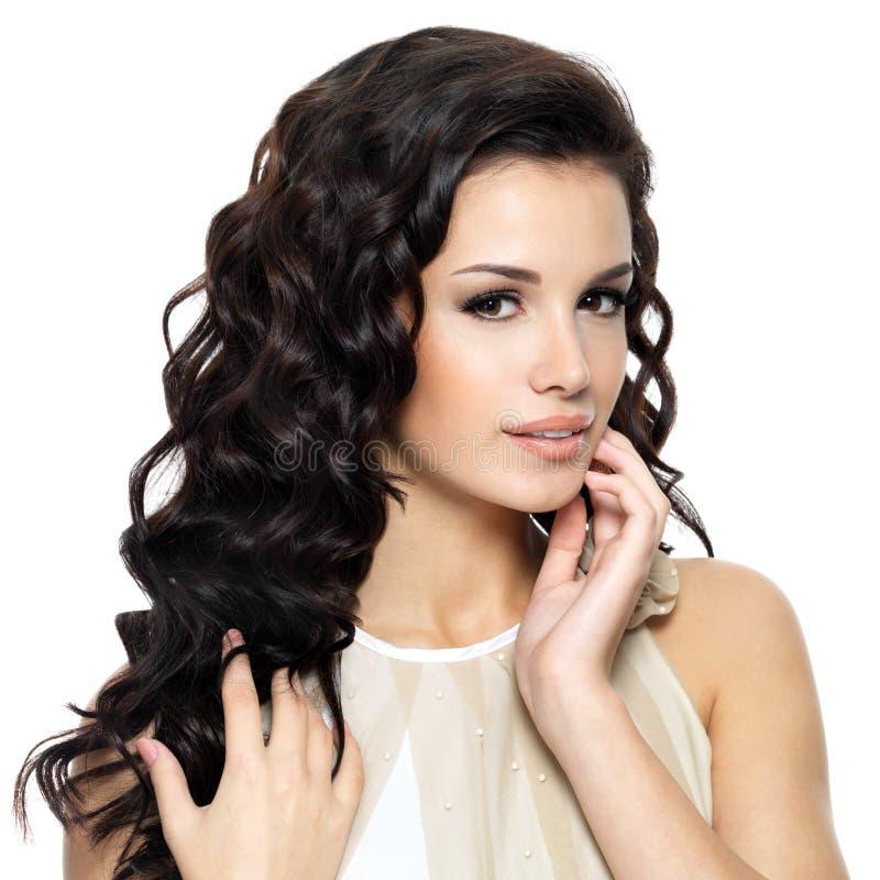 Piękna młoda kobieta z piękno długim kędzierzawym włosy fotografia royalty free