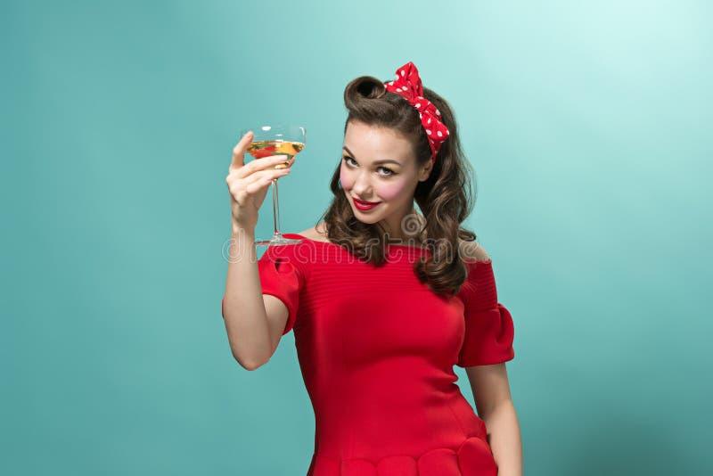Piękna młoda kobieta z pinup fryzurą i makijażem Studio strzelający na białym tle obraz royalty free