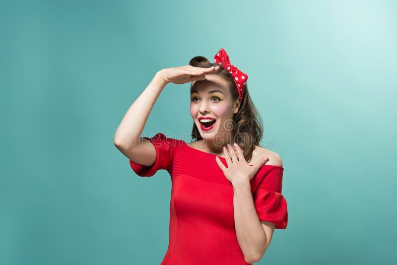 Piękna młoda kobieta z pinup fryzurą i makijażem Studio strzelający na białym tle obrazy royalty free