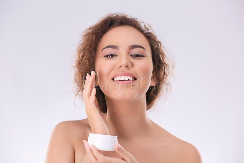 Piękna młoda kobieta z problemowy skóry stosować obraz royalty free