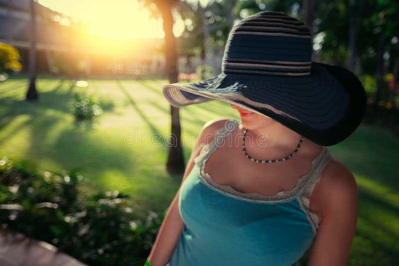 Piękna młoda kobieta z słońce kapeluszem cieszy się jej wakacje letni ja obrazy stock