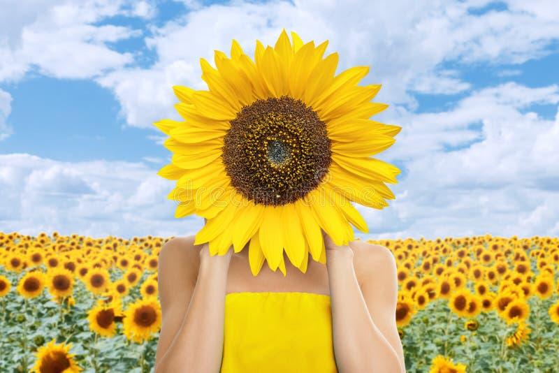 Piękna młoda kobieta z słonecznikiem w ona ręki fotografia royalty free