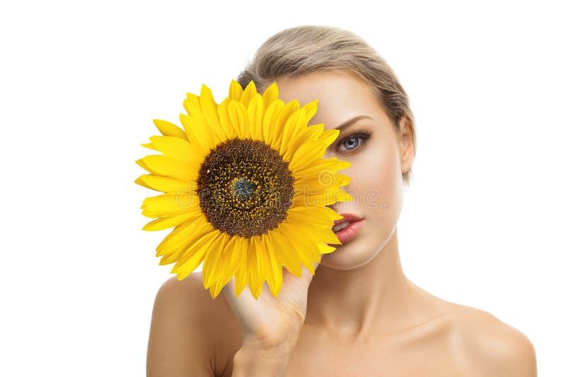 Piękna młoda kobieta z słonecznikiem w ona ręki obraz stock