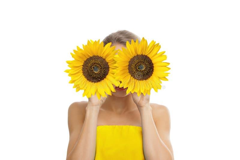 Piękna młoda kobieta z słonecznikiem w ona ręki zdjęcia royalty free
