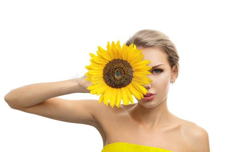 Piękna młoda kobieta z słonecznikiem w ona ręki obrazy stock