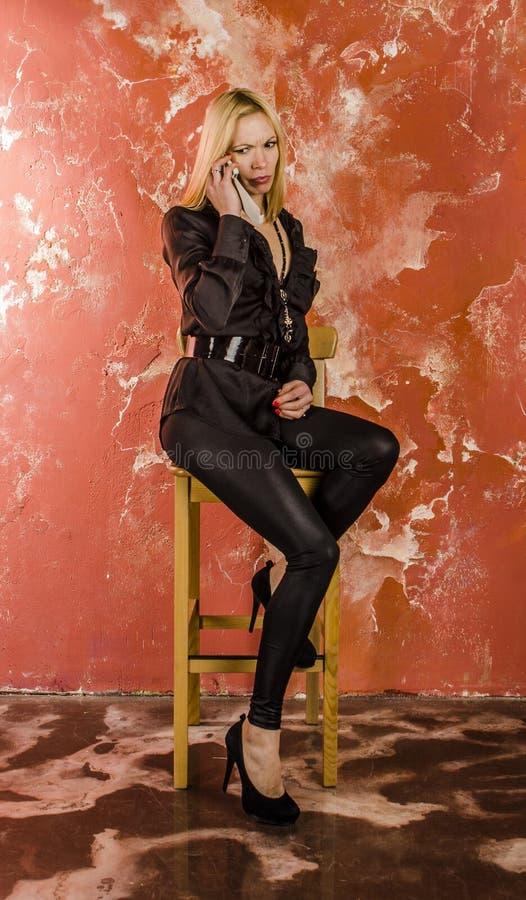 Piękna młoda kobieta z torbą moda i wewnątrz zdjęcie royalty free