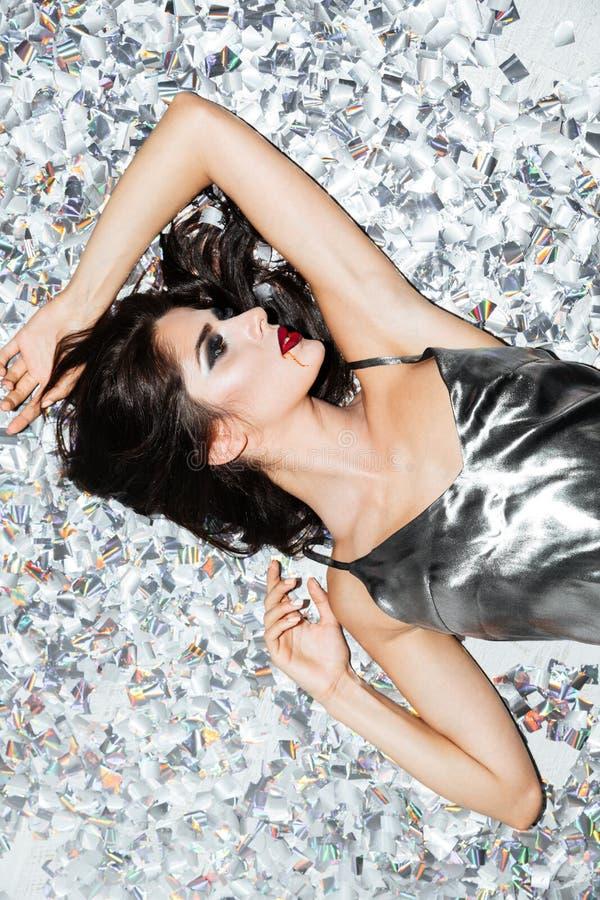 Piękna młoda kobieta z wampira Halloween makeup lying on the beach fotografia stock