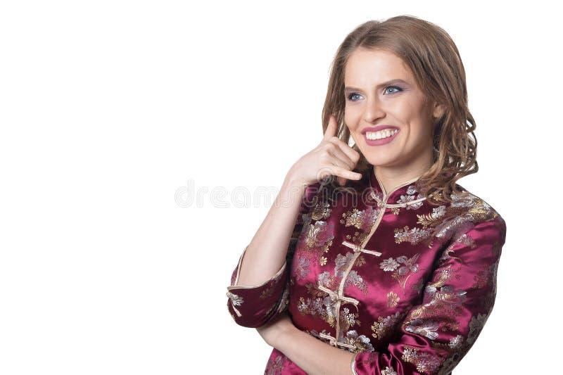 Piękna młoda kobieta z wezwaniem ja gest odizolowywający na białym tle fotografia royalty free