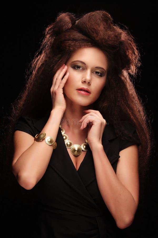 Piękna młoda kobieta z wspaniałym uczesaniem zdjęcie stock