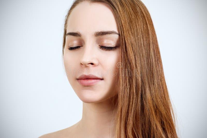 Piękna młoda kobieta z zamkniętymi oczami i doskonalić skórą zdjęcia stock