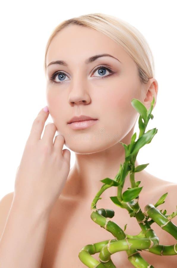 Piękna młoda kobieta z zielonym bambusem zdjęcie stock