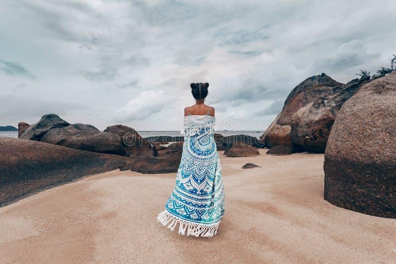 Piękna młoda kobieta zakrywająca z chustą na plaży obraz stock