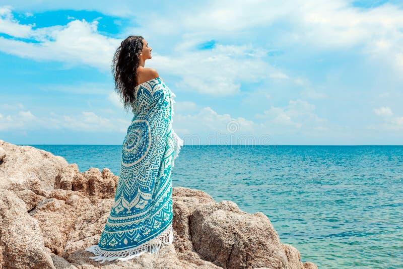 Piękna młoda kobieta zakrywająca z koc na plaży zdjęcia royalty free