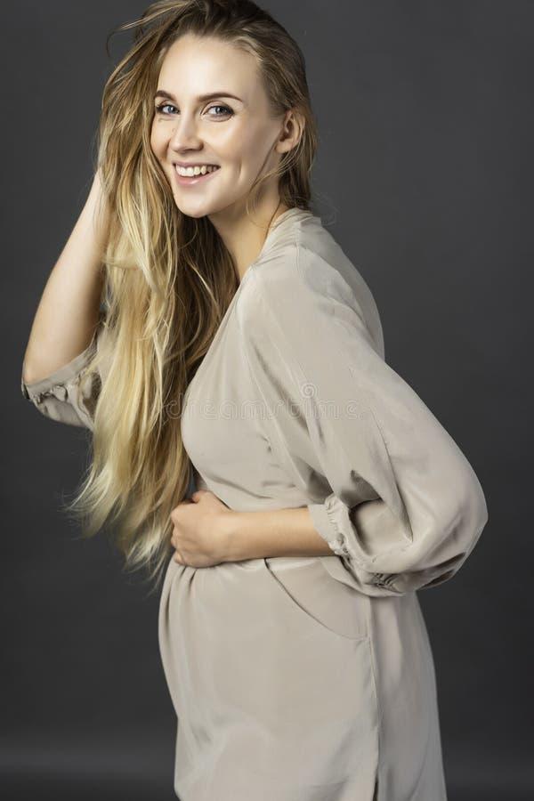 Piękna młoda kobiety w ciąży blondynka, jest ubranym krótkiego lekkiego grę fotografia royalty free