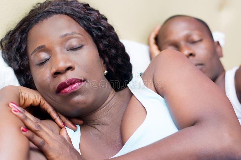 Piękna młoda kochająca para śpi wpólnie fotografia stock