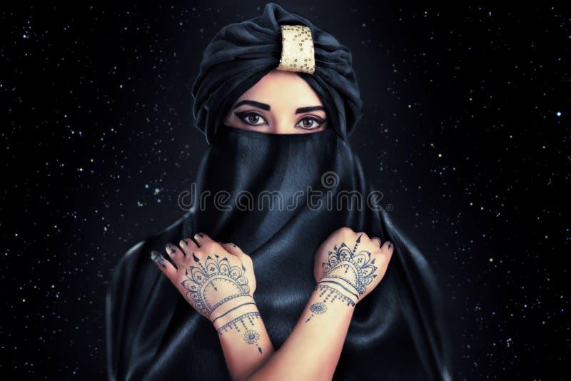 Piękna młoda orientalna kobieta w turbanie fotografia royalty free