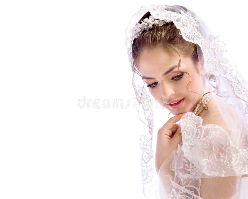 Piękna młoda panna młoda w przesłonie i suknia na białym tle bar zdjęcie stock