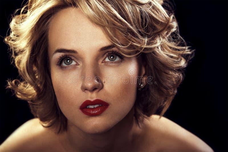 Piękna młoda seksowna kobieta z kędzierzawym blondynem obraz stock