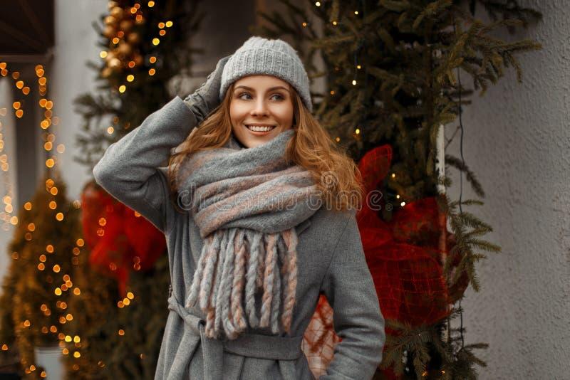 Piękna młoda szczęśliwa kobieta ono uśmiecha się z dobrzy wakacje trybowi obrazy stock