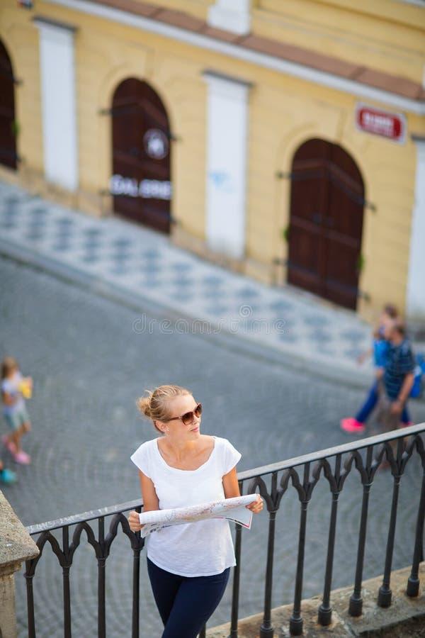 PiÄ™kna mÅ'oda turystka studiujÄ…ca mapÄ™ zdjęcia stock