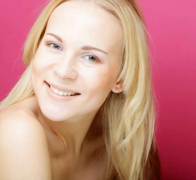 Piękna młoda uśmiechnięta kobieta z czystą skórą zdjęcie stock