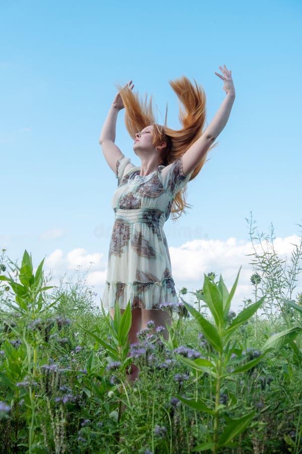 Piękna młoda zasadnicza seksowna kobieta cieszy się w naturze w świeżym powietrzu joyce Wolność Szczęście Żądza podnosi ona ręki zdjęcie stock