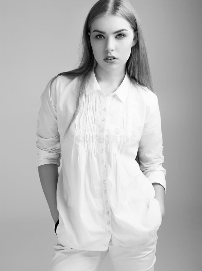 Piękna młodej dziewczyny kobieta w białej odzieży fotografia stock