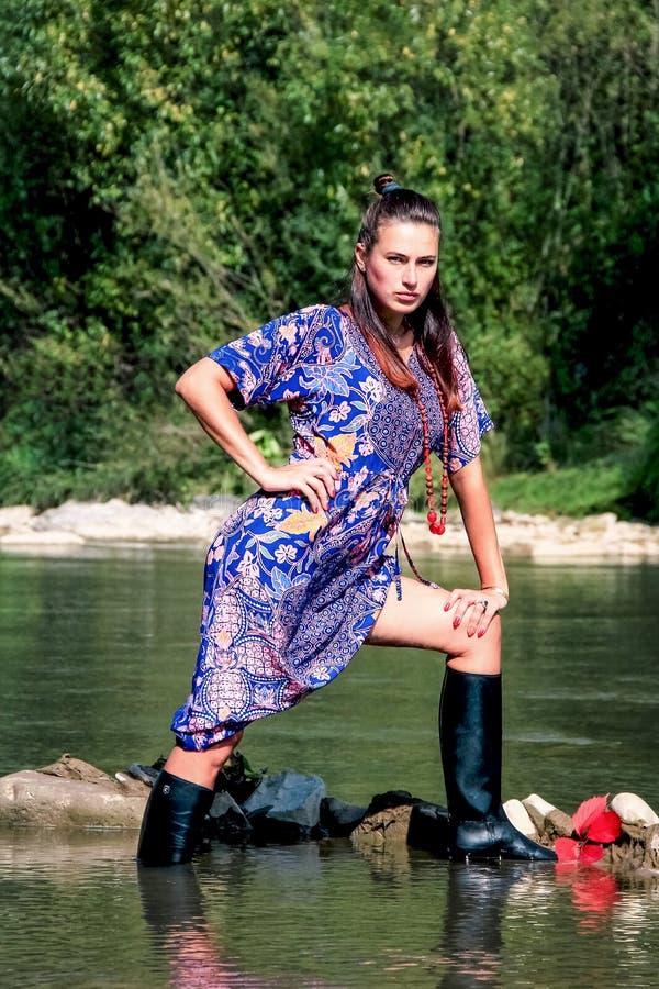 Piękna młodej dziewczyny pozycja w wodzie zdjęcia stock