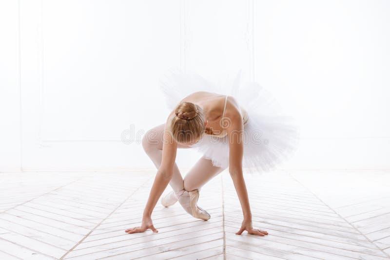 Piękna młodej kobiety balerina obraz stock