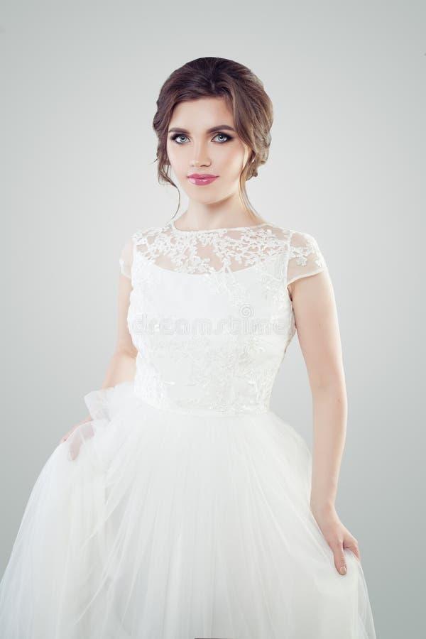 Piękna młodej kobiety panna młoda jest ubranym białą koronkową togę z makeup i bridal ostrzyżeniem zdjęcia royalty free