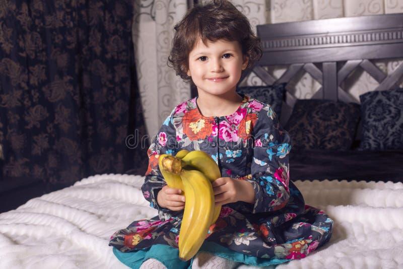 Piękna mała śliczna dziewczyna w eleganckiej sukni fotografia royalty free