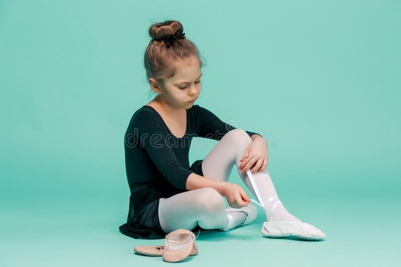 Piękna mała balerina w czerni sukni dla dancingowego kładzenia na nożnych pointe butach zdjęcia royalty free