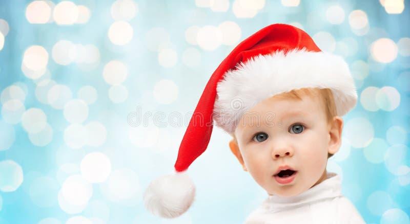Piękna mała chłopiec w bożego narodzenia Santa kapeluszu zdjęcia royalty free