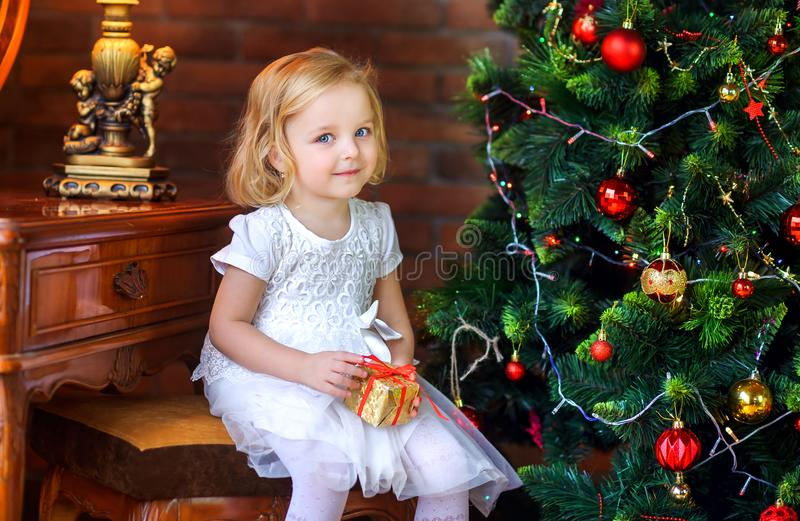 Piękna mała dziewczynka blisko świątecznej choinki fotografia royalty free