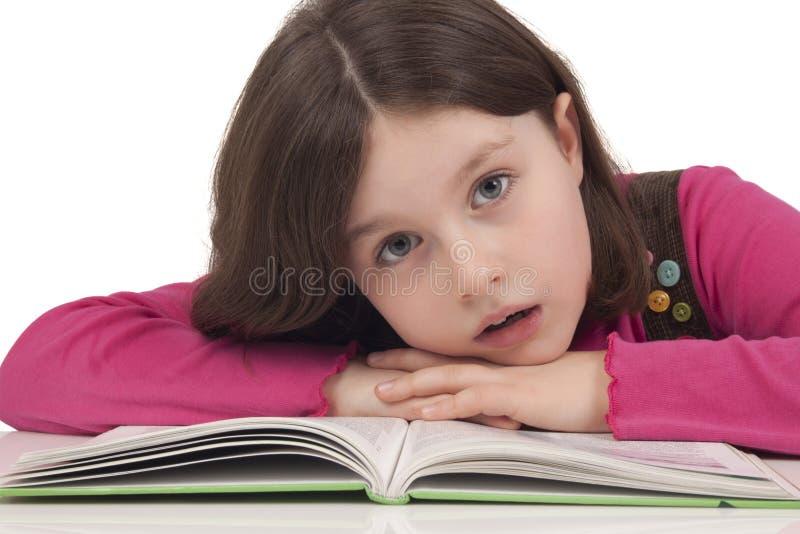 Piękna mała dziewczynka czyta książkę fotografia royalty free