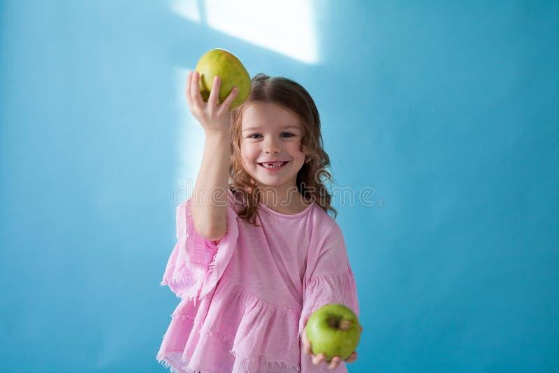 Piękna mała dziewczynka je Zieloną Jabłczaną owoc zdjęcie royalty free