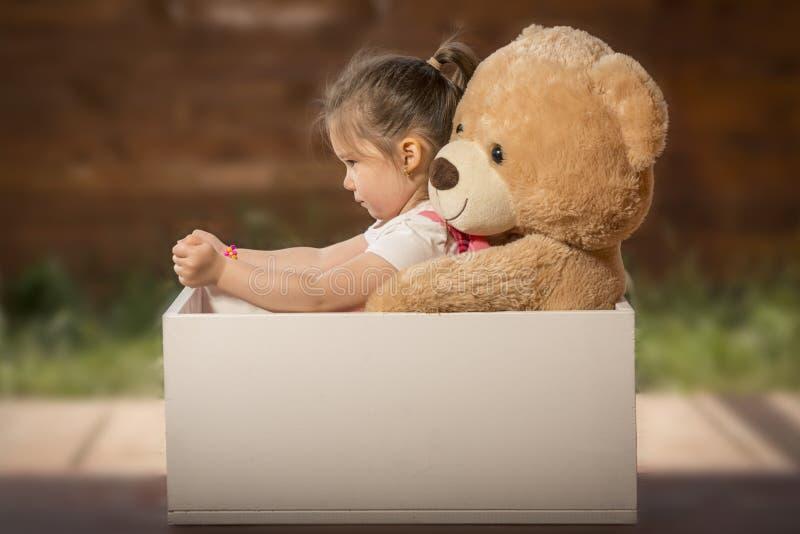 Piękna mała dziewczynka ma zabawę bawić się outdoors obrazy stock