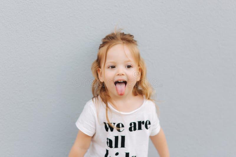 Piękna mała dziewczynka ma zabawę w mieście jesteśmy wszystkie dzieciakami fotografia royalty free