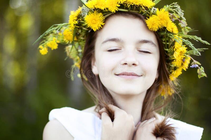 Piękna mała dziewczynka, plenerowa, koloru bukieta kwiaty, jaskrawego pogodnego letniego dnia parka łąkowy ono uśmiecha się szczę fotografia stock