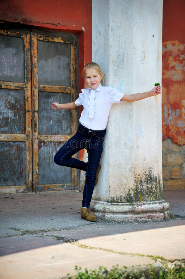 Piękna mała dziewczynka pozuje outdoors kolumnę obraz stock