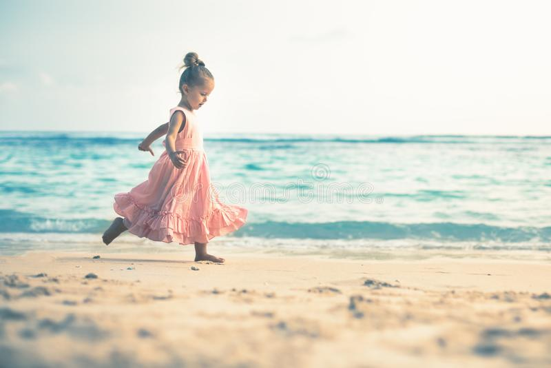Piękna mała dziewczynka przy plażą Sunblock śmietanka dla dzieci obrazy stock