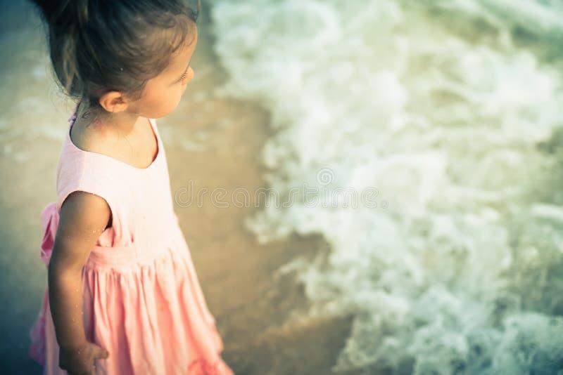 Piękna mała dziewczynka przy plażą Sunblock śmietanka dla dzieci fotografia royalty free