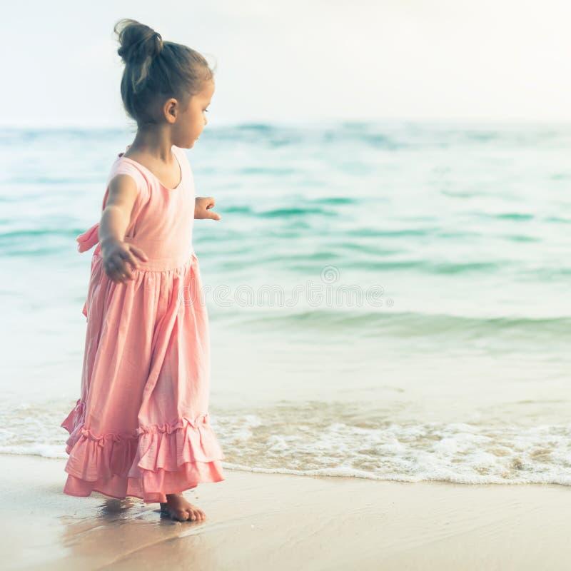 Piękna mała dziewczynka przy plażą Sunblock śmietanka dla dzieci fotografia stock