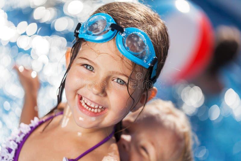 Piękna mała dziewczynka sunning przy basenem zdjęcia royalty free