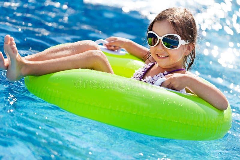 Piękna mała dziewczynka sunning przy basenem zdjęcie royalty free