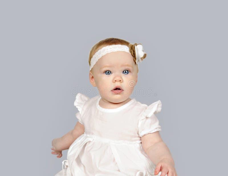 Piękna mała dziewczynka w białej sukni fotografia royalty free