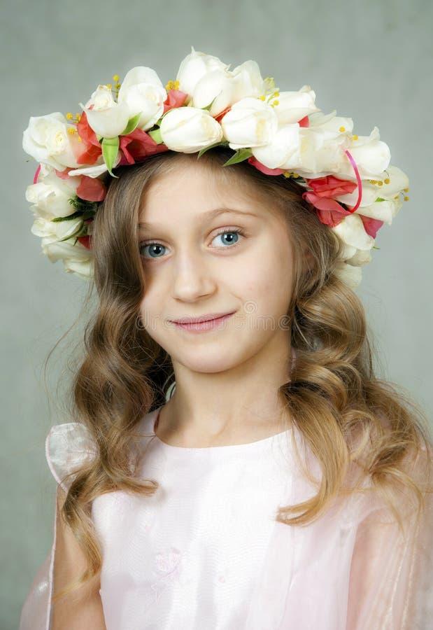 Piękna mała dziewczynka w wianku obrazy stock