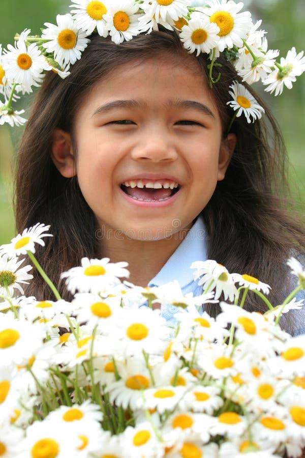 Piękna mała dziewczynka z koroną stokrotki obrazy royalty free