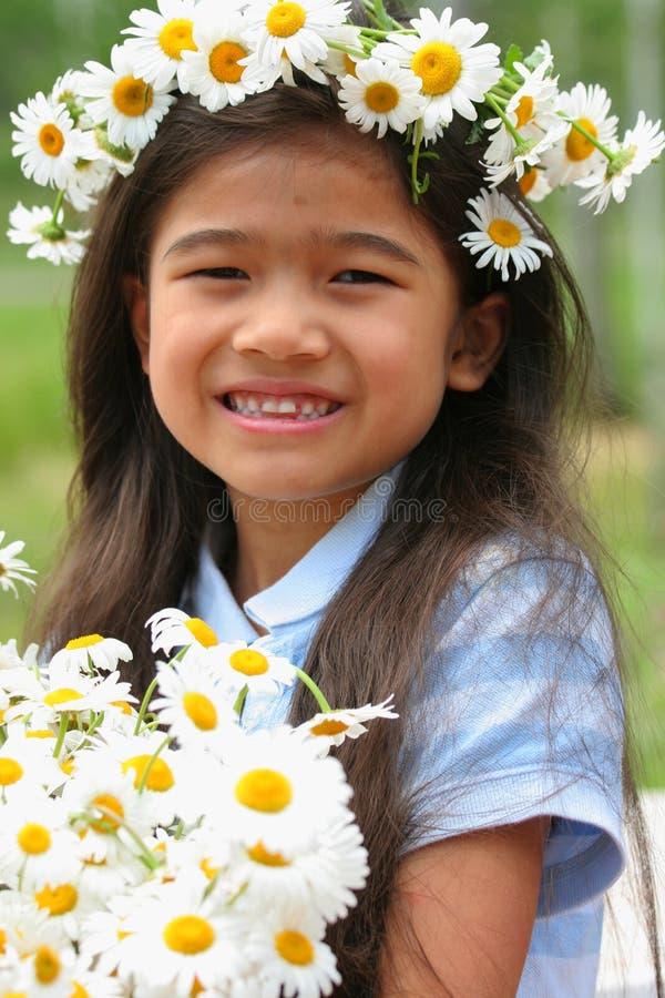 Piękna mała dziewczynka z koroną stokrotki zdjęcia stock